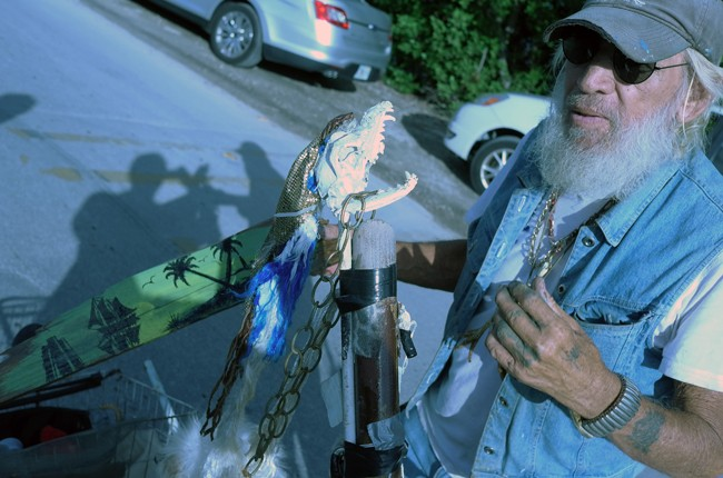 Monkey Tom's strange but friendly, I think I see a little painting in his right hand, I hope he'll sell it to me!!!